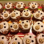Monkey cupcakes with pretzels, chocolate chips, and peanut butter crackers